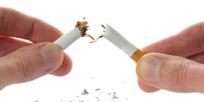 STRES, bosan, atau hanya iseng menyesap rokok adalah pelarian atas ketidaknyamanan Anda. Padahal mengusir kebosanan dengan merokok bisa membawa seseorang ke jurang kematian. Ketahui beberapa hal berikut ini mengenai apa yang akan terjadi di dalam tubuh, ketika seseorang sedang menikmati rokok, dikutip dari thehealthsite, Selasa (31/5/2016). 1. Hisapan pertama saat Anda merokok adalah yang paling berhaya. Pasalnya, asap akan meninggalkan lapisan mukosa di hidung Anda dan ini cukup berbahaya. 2. Panasnya batang rokok akan meninggalkan warna gelap pada bibir. Tak hanya itu saja, rokok juga menyebabkan keriput dan bintik-bintik hitam pada kulit wajah Anda. 3. Bagi perokok pasif, akan timbul kerutan halus di sekitar bibir dan ini tidak terjadi pada mereka yang tidak merokok. 4. Tar yang dihasilkan rokok yang Anda hisap akan melapisi enamel gigi. Hal ini menyebabkan perubahan warna gigi menjadi kuning.