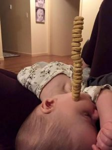 Lomba Tumpuk Sereal di Hidung Anak Ramaikan Hari Ayah