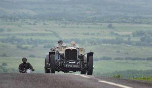 Ratusan Mobil dan Motor Klasik Reli di Perbukitan
