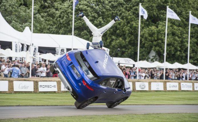 Curi Perhatian, SUV Jaguar Jalan Hanya dengan Dua Roda