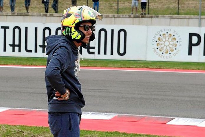 Kenakan Helm Arai, Valentino Rossi Picu Kontroversi