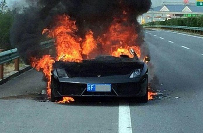 Pemilik Apes, Lamborghini Baru Dibeli di Showroom Ludes Terbakar