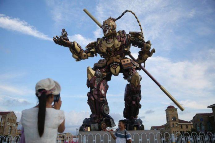 Kera Sakti Versi Transformer Berdiri Setinggi 10 Meter di China