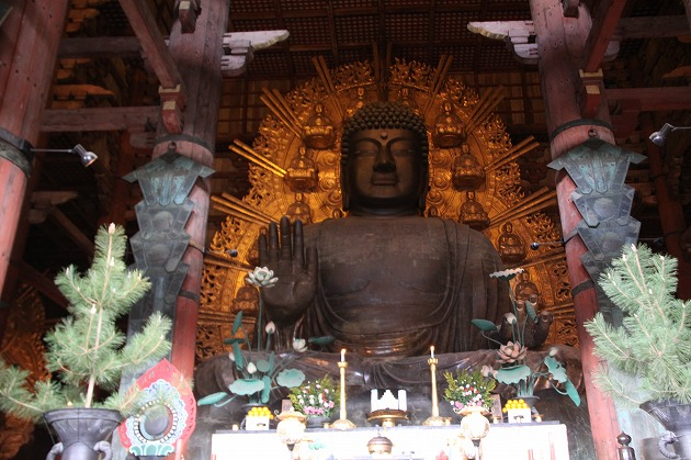 Jelang Festival Arwah, Patung Buddha Raksasa Dibersihkan Ratusan Biksu