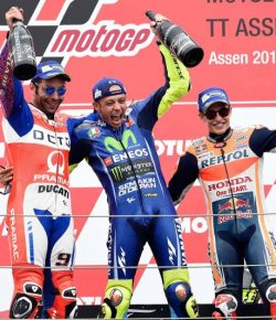 Rayakan Kemenangan, Ini Cuplikan Selebrasi Rossi di Podium Bersama Petrucci dan Marquez