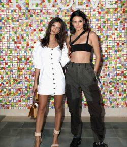 Kendall Jenner menang di atas mistar saat dia menghadiri pesta Revolve Coachella bersama Emily Ratajkowski