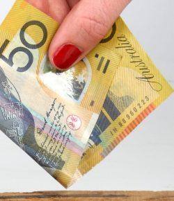 Pemerintah menyerahkan $ 50 setiap ke setiap rumah tangga Victoria