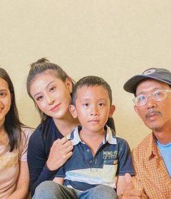 Berita Bintang – Kunjungi Keluarga Sopir Ojek Online yang Kehilangan Motor, Awkarin Lelah Tahan Tangis