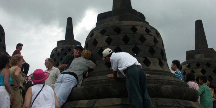 Jangan Lagi Pegang dan Injak Stupa di Candi Borobudur
