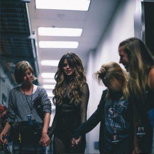 Ini Gaya Rambut Andalan Selena Gomez saat Konser