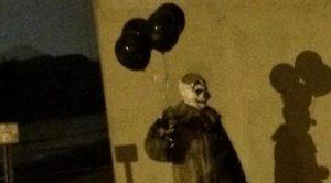 Badut Misterius Pembawa Balon Hitam 'Gentayangan' di Malam Hari