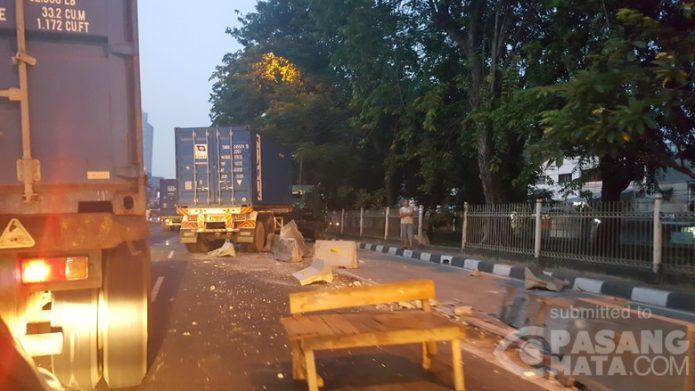 Truk Tabrak Separator Busway di Jalan Latumenten, Jakbar
